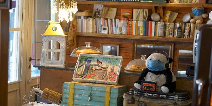 Antika eserlerle dolu kafe misafirlerini nostaljik bir yolculuğa çıkarıyor