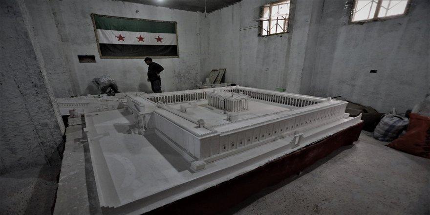 Suriye'deki savaşta evlatlarını yitiren Palmiralı baba, antik kentin yıkılan eserlerini maketlerle yaşatıyor