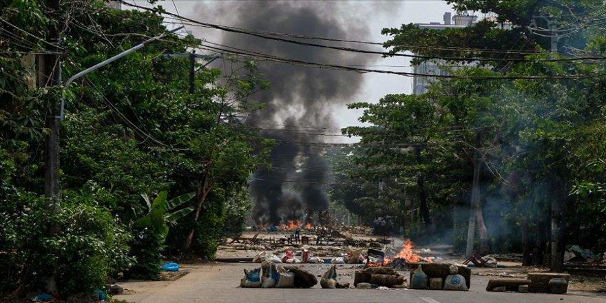 Myanmar'da ordunun Karen eyaletine yönelik hava saldırılarından kaçan binlerce etnik yerli Tayland'a sığındı
