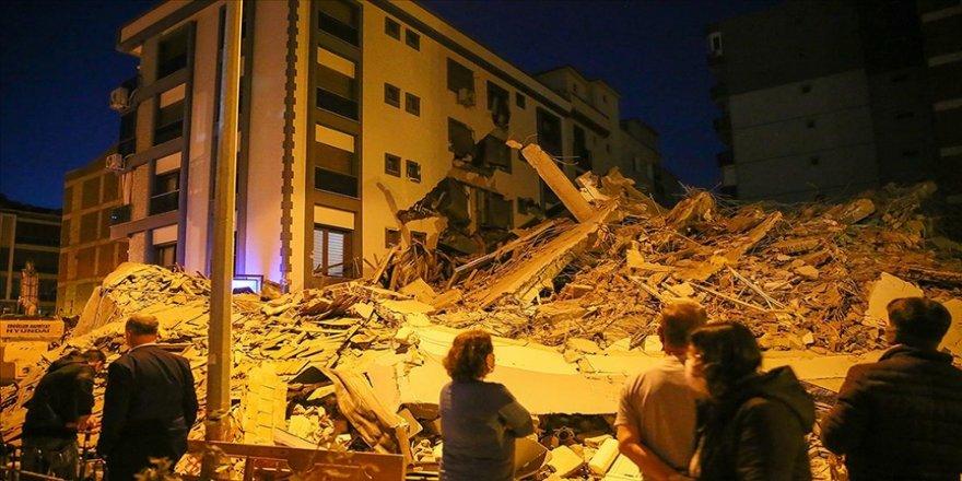 İzmir'de ağır hasarlı bina kontrollü yıkım sırasında yanındaki apartmanın üzerine çöktü