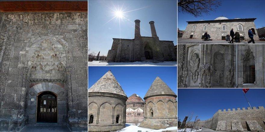 Kadim şehir Erzurum yüzlerce yıllık yapılarıyla ziyaretçilerini tarihi yolculuğa çıkarıyo