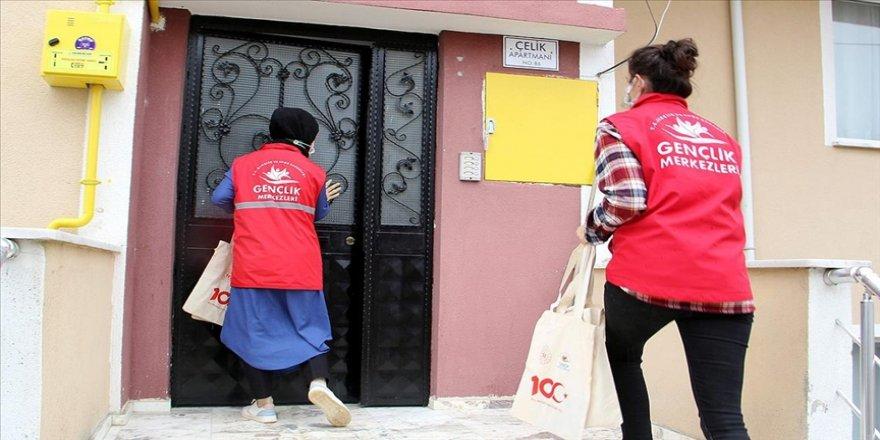Sinop'ta gönüllü gençler Kovid-19 nedeniyle kütüphaneye gidemeyenleri kitapla buluşturuyor