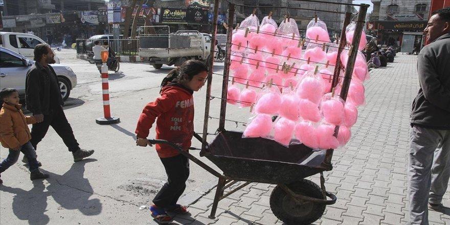 Suriye'de pamuk şeker satarak ailelerini geçindiren iki kardeş okula gitme hayaliyle yaşıyor