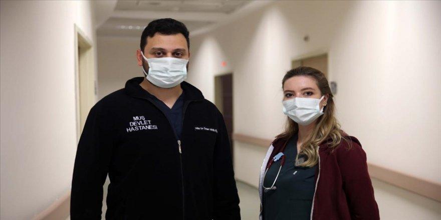 Koronavirüsü yenen doktor çift 'pişman olmamak için kurallara uyun' çağrısı yaptı