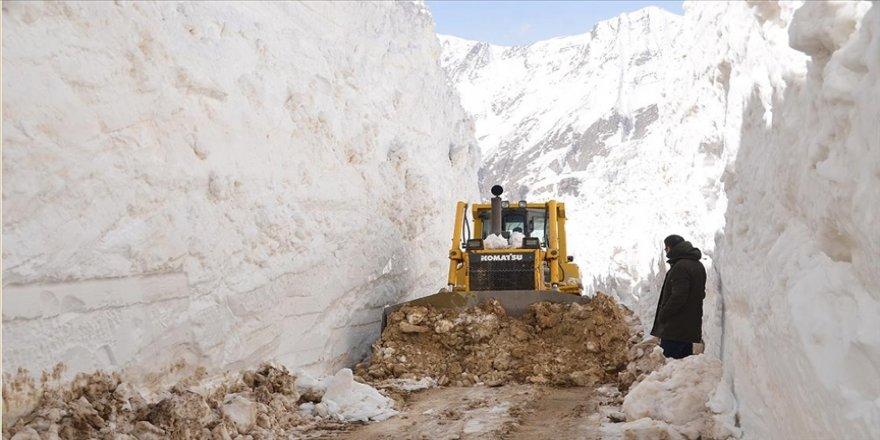Hakkari'de karla mücadele ekiplerinin zorlu mesaisi nisanda da sürüyor