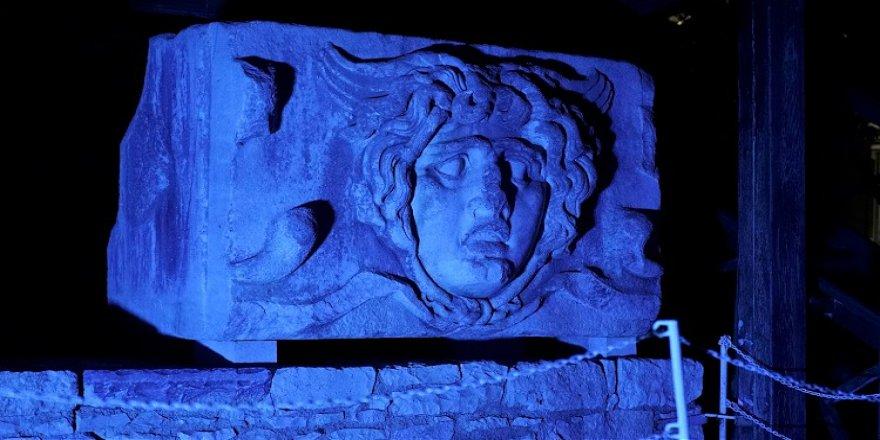 Apollon Tapınağı otizme dikkat çekmek için maviye büründü
