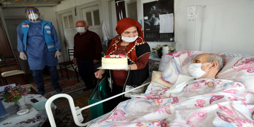 Evde sağlık hizmeti ekipleri evlere sıhhatin yanında mutluluk da götürüyor