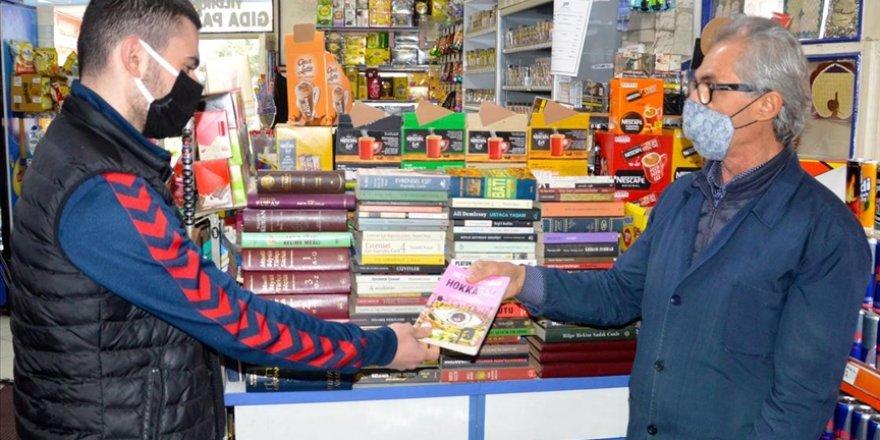 Kitapsever bakkal müşterileri için dükkanında 'mini kütüphane' oluşturdu