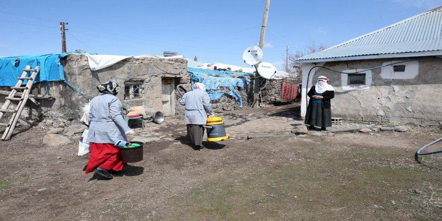 Muş'ta 'vefa' ekibi en ücra köylerde evlerini temizlediği yaşlıların gönlüne dokunuyor