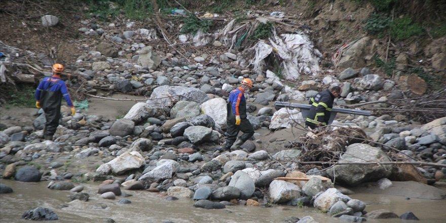 Giresun'da debisi yükselen derede suya kapılan iki işçiden biri hayatını kaybetti