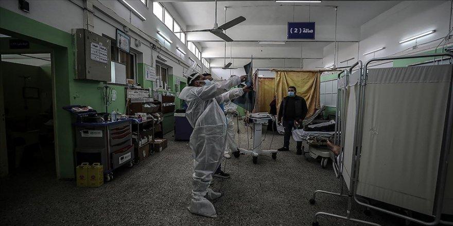 Gazze'deki Sağlık Bakanlığının verilerine göre, son günlerde ortalama her 3 Kovid-19 testinden biri pozitif çıkıyor.