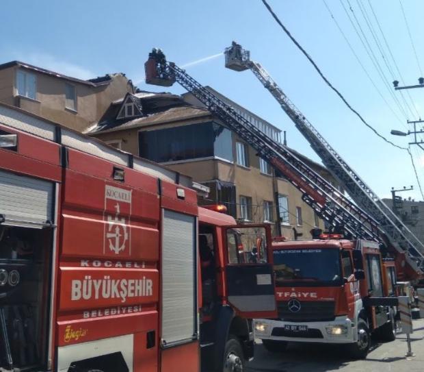 Bayramoğlu Mahallesi'nde bulunan bir apartmanın teras katında yangın çıktı.
