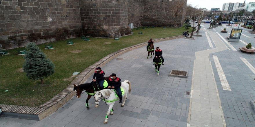 Atlı polisler vatandaşların huzur ve güvenliği için devriye geziyor