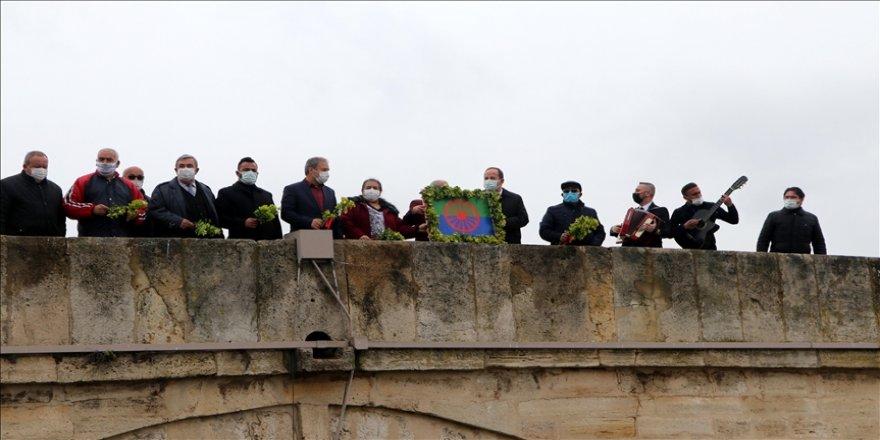"""Edirne'de Romanlar """"barış ve kardeşlik"""" dilekleriyle Meriç Nehri'ne çiçek ve ağaç dalları bıraktı"""