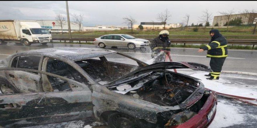 Gebze Çayırova Da seyir halindeki otomobilde çıkan yangın söndürüldü