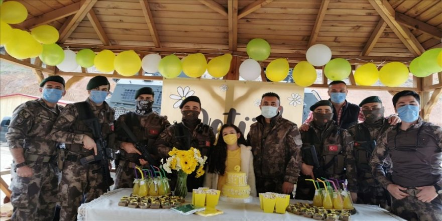 Trabzon'da özel harekatçılar, şehit meslektaşlarının kızını doğum gününde yalnız bırakmadı