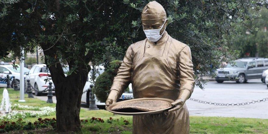 Hatay'da 'Künefe çeviren adam' heykeli yeniden yerine monte edildi