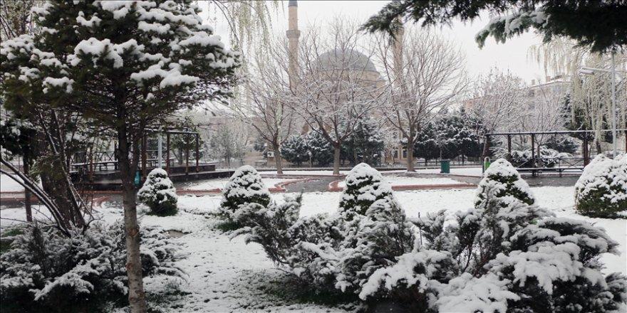 Nisan ayında yağan kar birçok ili beyaza bürüdü