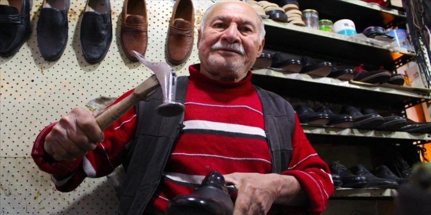 Diyarbakırlı 61 yıllık ayakkabı ustası, mesaisine beslediği sokak kedilerini ortak ediyor