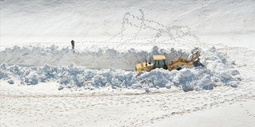 Kar kalınlığının 10 metreyi bulduğu Nemrut Krater Gölü yolu açılmaya çalışılıyor