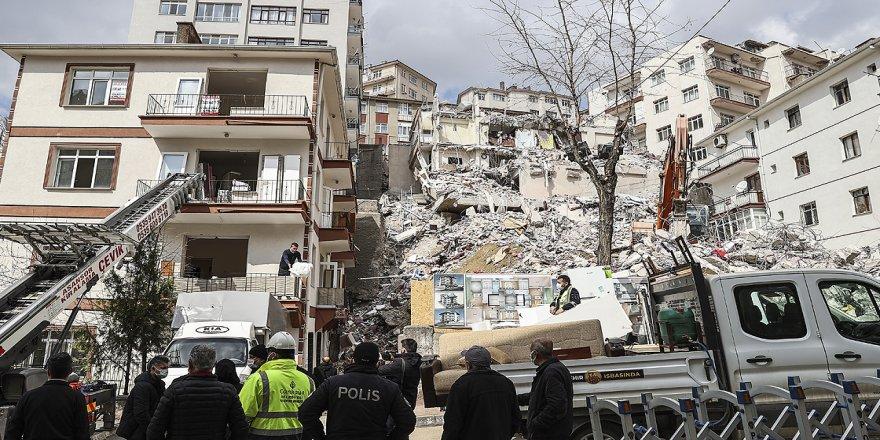 Ankara'da çökme riski bulunan apartmanın etrafındaki binalarda tahliye çalışmaları sürüyor