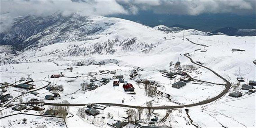 Muş'un yüksek kesimlerindeki köyler beyaza büründü