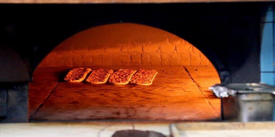 Konya'nın etli ekmeği Sille taşıyla kaplanan fırınlarda daha lezzetli pişiyor