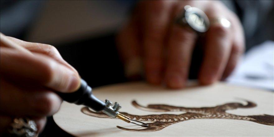 Ahşabı sabırla yakarak, sanat eserlerine dönüştürüyor