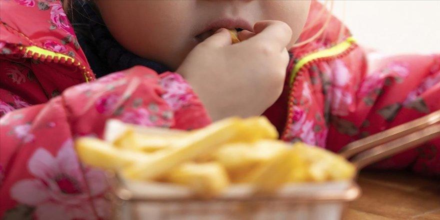 Salgın sürecinde harcadıkları enerji azalan çocuklarda duygusal aşırı yeme eğilimi obeziteye yol açabiliyor