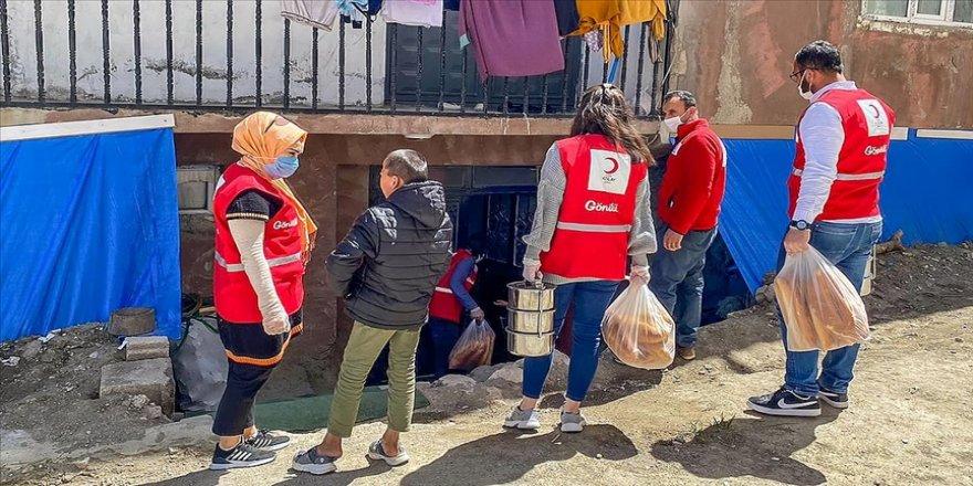 Türk Kızılay Van'da 1800 kişiye sıcak yemek ulaştırıyor