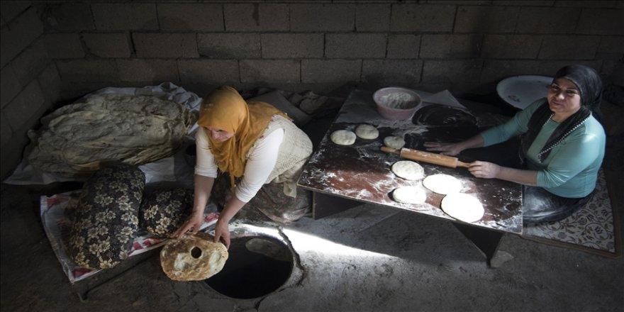Karslı kadınlar ramazanda tandırları imece usulü yakıyor