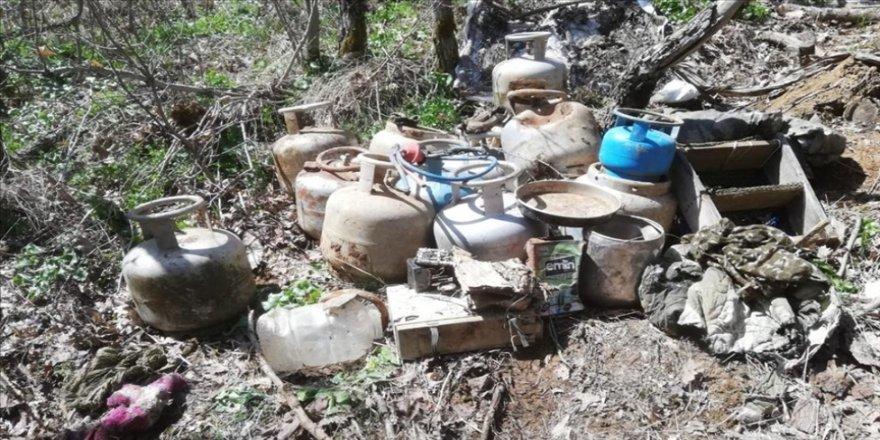 Bitlis'te teröristlerin kullandığı 12 odalı sığınakta yaşam malzemesi ele geçirildi