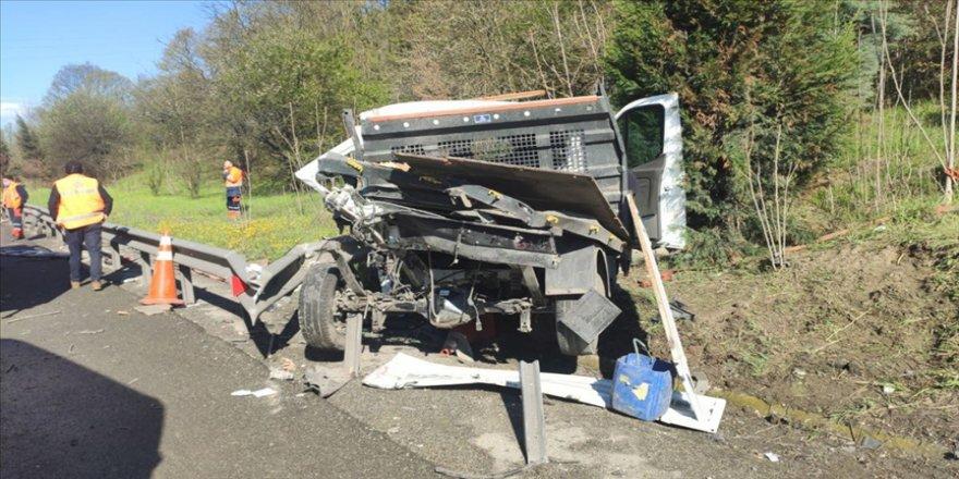 Anadolu Otoyolu'nda Karayolları kamyoneti bariyere çarptı: 1 ölü, 1 yaralı