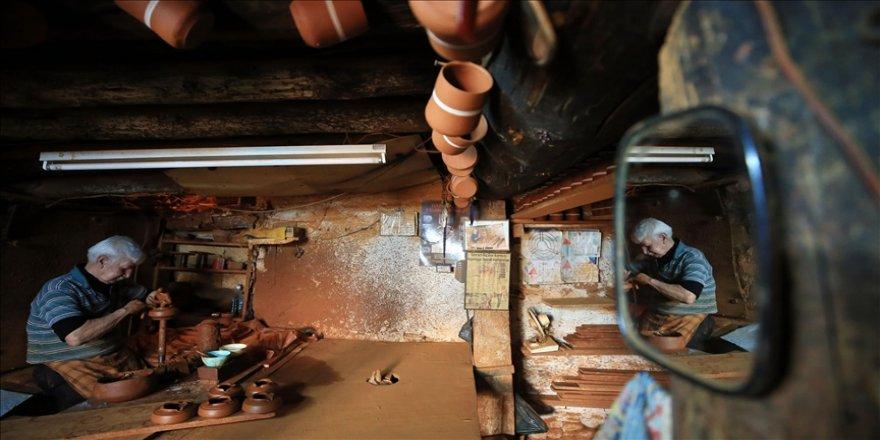 Aydınlı 71 yaşındaki çömlek ustası, asırlık atölyede ilk günkü aşkla çamura şekil veriyor