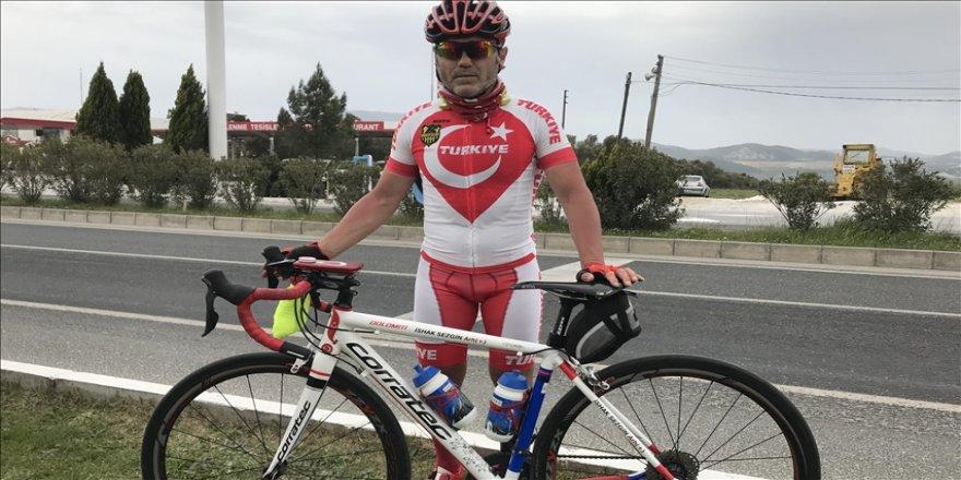 Bisiklet sevgisi için yüzlerce kilometre pedal çevirdi, gittiği şehirlerde camilerde konakladı
