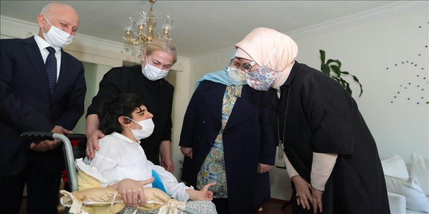 Emine Erdoğan'dan bedensel engelli gençler ve ailelerine ziyaret