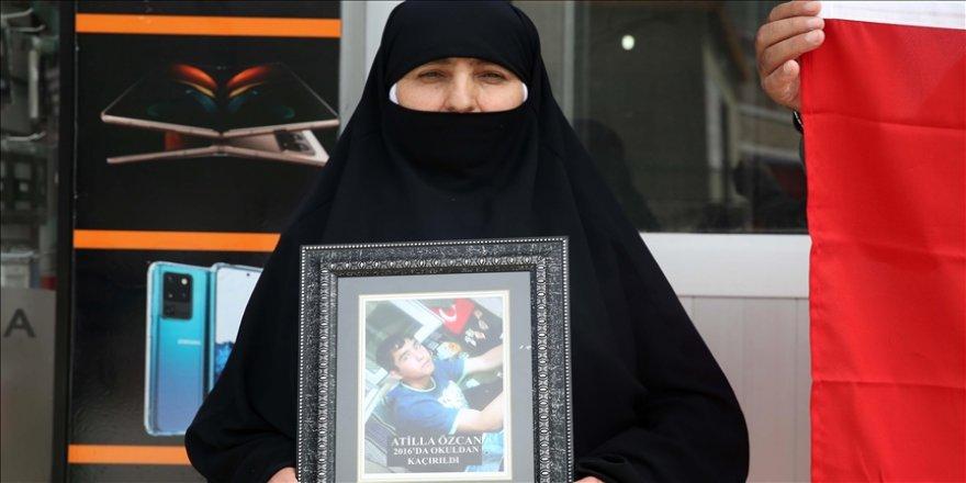 Muş'ta teröristlere tepki gösteren anne, 'Neden Selahattin Demirtaş'ın çocuklarını götürmüyorlar' diye sordu
