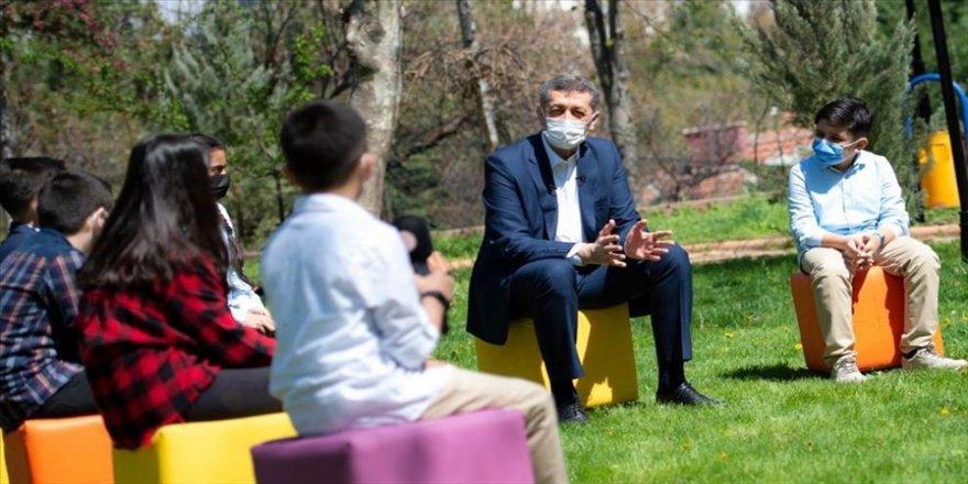 Milli Eğitim Bakanı Selçuk, çocuklarla açık hava söyleşisinde buluştu