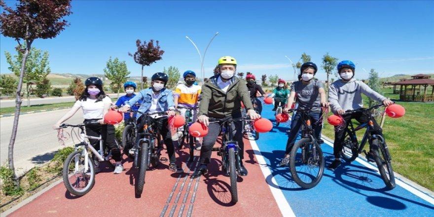 Bakan Selçuk, Mardin'de çocuklarla 23 Nisan'ı bisiklet sürüp uçurtma uçurarak kutladı