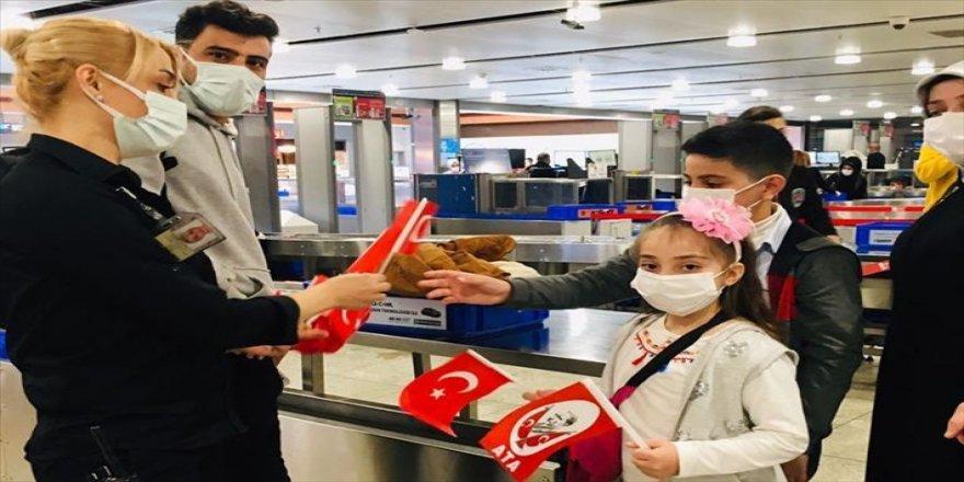 Sabiha Gökçen Havalimanında çocuk yolcular Türk bayraklarıyla karşılandı
