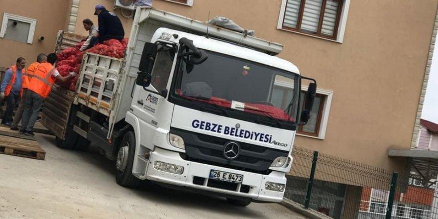 Gebze Belediyesi aracı,patates,soğan çuvallarını Darıca' da cemaat araçlarına devretti