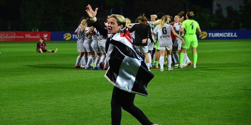 Beşiktaş futbolda 'çifte şampiyonluk' hedefine koşuyor