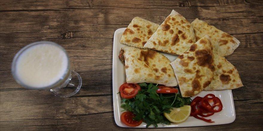 Mardin'in tescilli lezzeti 'sembusek' paket servisle iftar sofralarına ulaştırılıyor
