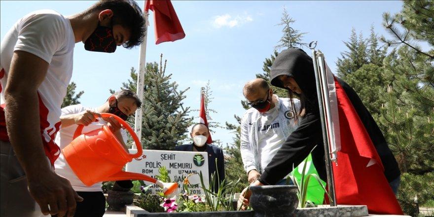 Sporcular şehit mezarlarını Anneler Günü için çiçeklendirdi