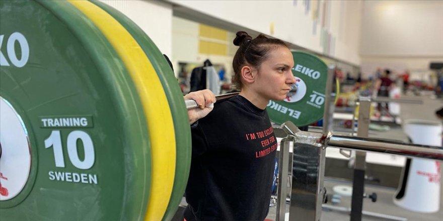 Şaziye Erdoğan, halterde kazandığı şampiyonluklarla anne adayı sporculara örnek oldu