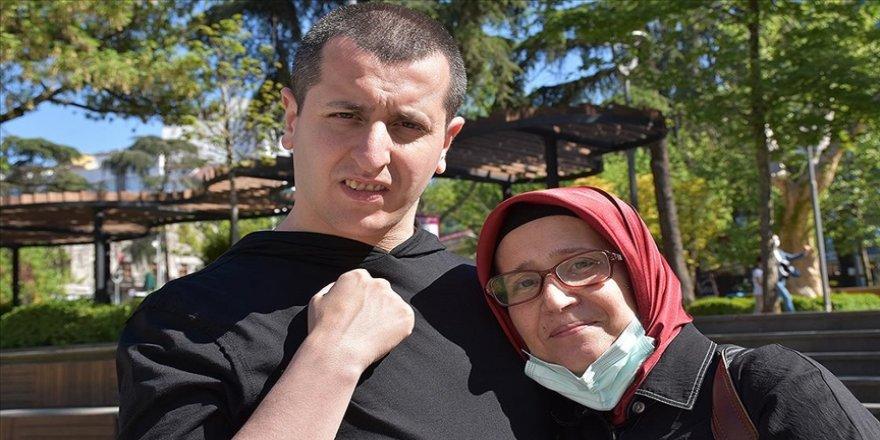 Hayatını oğluna adayan anne kurduğu dernek ile otizmlilere destek oluyor