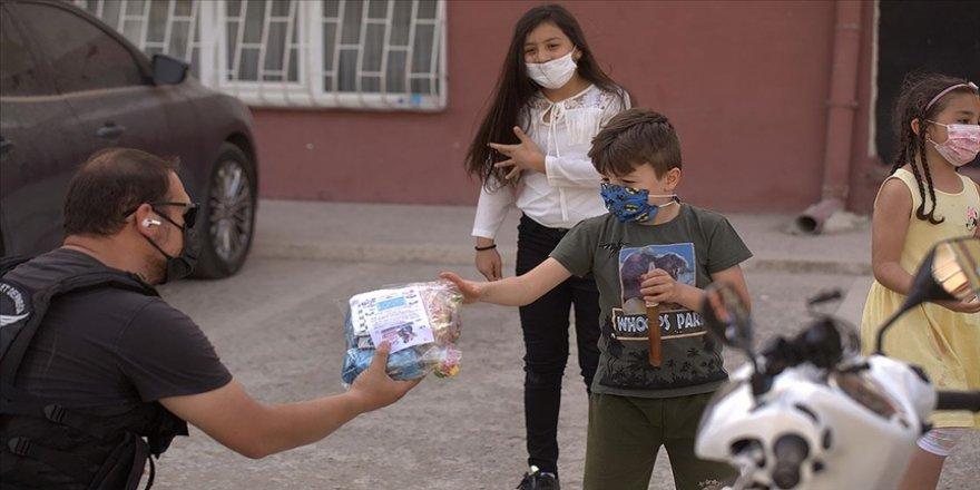 Başkentte çocuklara bayram hediyelerini gönüllü motosikletliler ulaştırdı
