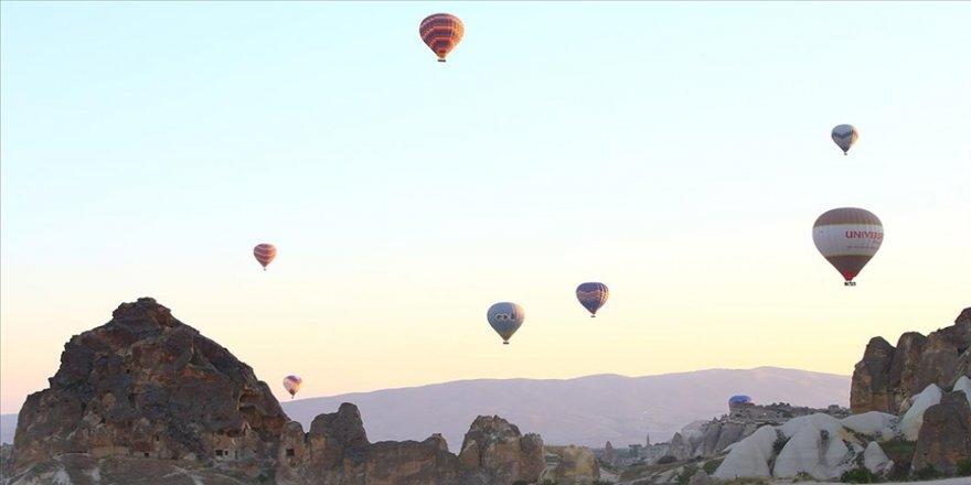 Kapadokya'da sıcak hava balonları 'tam kapanma' sürecinin ardından gökyüzünü yeniden renklendirdi