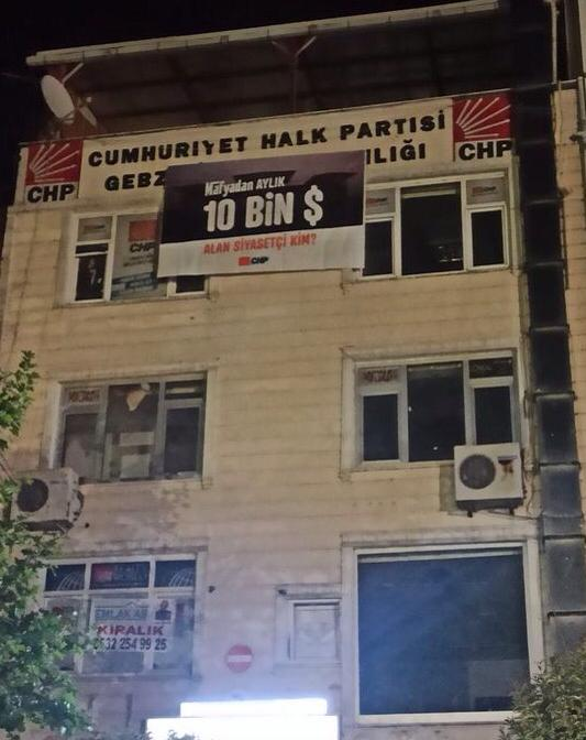 CHP'nin ilçe başkanlıklarında '10 bin dolar' pankartı
