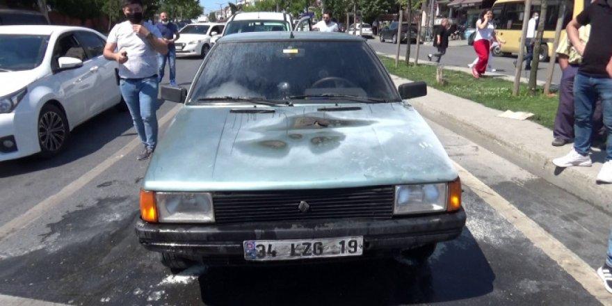 Sultangazi'de seyir halindeki otomobil yandı